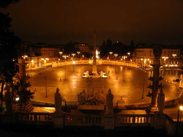 Piazza del Popolo meydanının gece fotoğrafı - roma rehberi