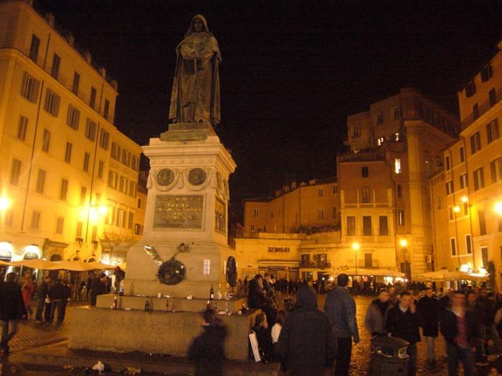 Romada yer alan meydanların gece görüntüsü