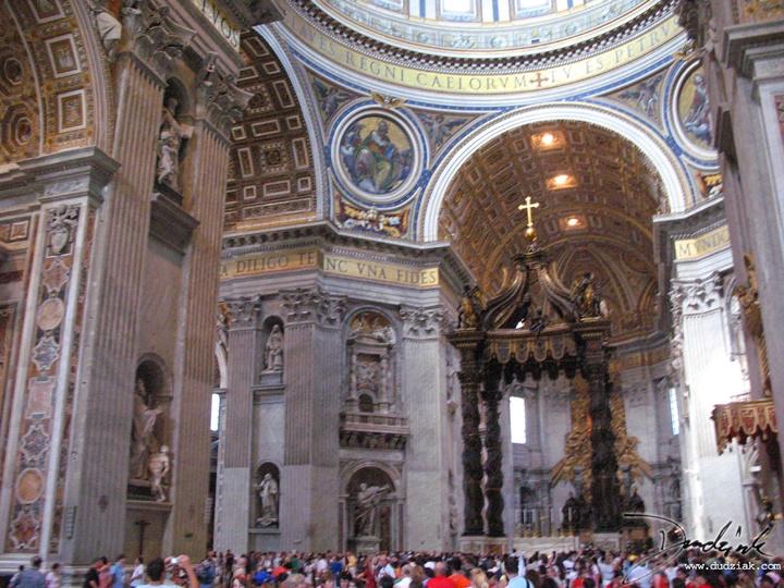 San Pietro Bazilikasının içi