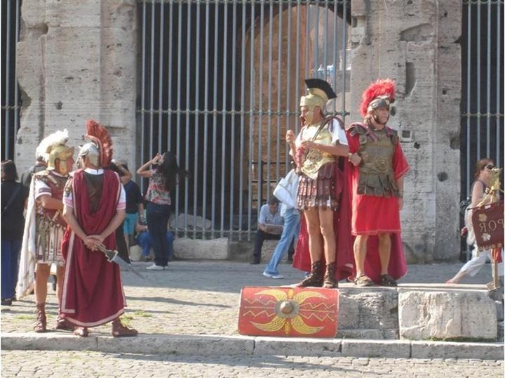 kolezyumun önündeki gladyatörler