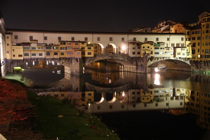Floransa Ponte Vecchio Köprüsünün gece görüntüsü - floransa rehberi