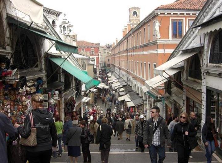 venedik rialto köprüsü üzerindeki dükkanlar