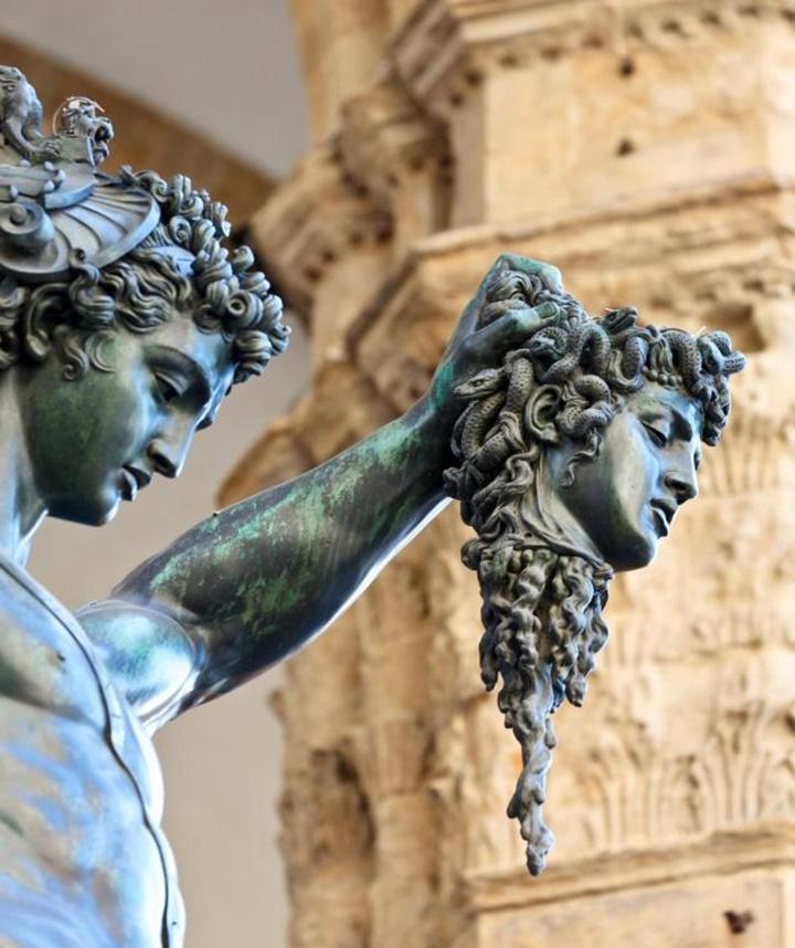 yılan başlı medusayı elinde tutan perseus heykeli - floransanın meydanları