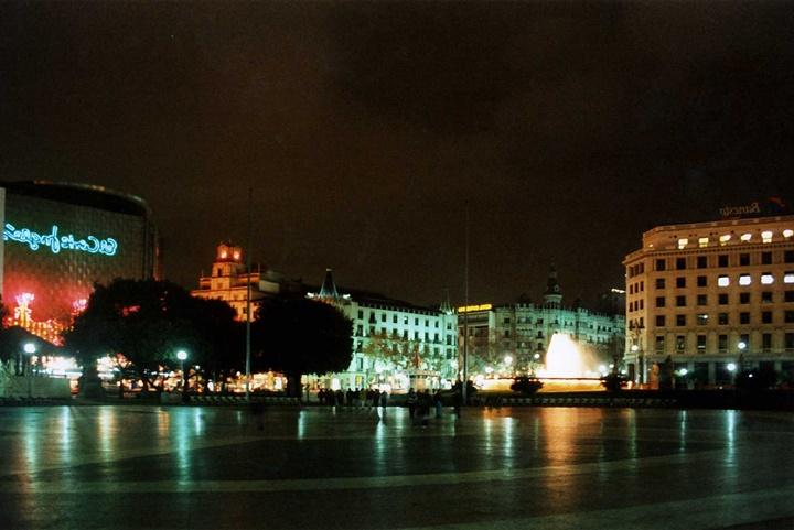 Barcelona Plaçe de Catalunya Meydanının gece fotoğrafı