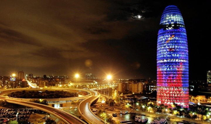 Barcelona Torre Agbar Gökdeleninin gece görüntüsü