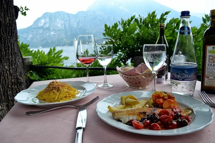 Como Gölü Bellagio Kasabasında manzara eşliğinde yemek