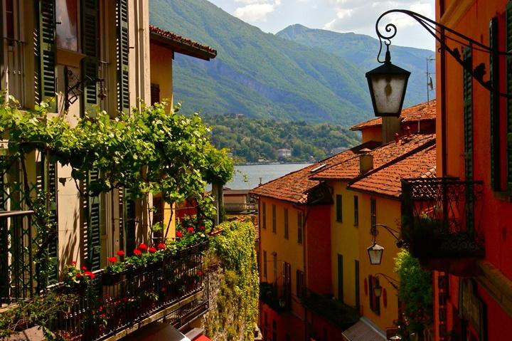 Como Gölü Bellagio Kasabasındaki çiçekli evlerin resimleri