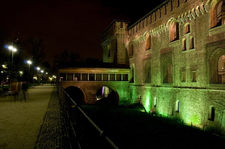 Milano Castello Sforzesco Kalesinin gece görüntüsü