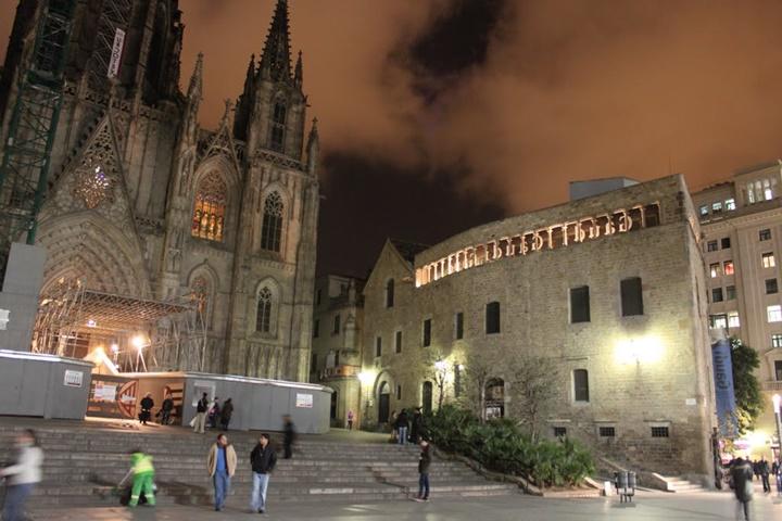 barcelona katedralinin gece fotoğrafı - catedral de la santa cruz y santa eulalia katedrali