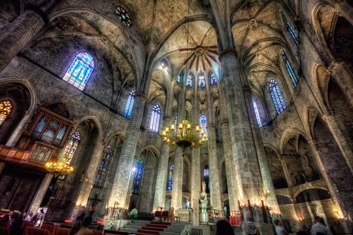 barcelonada etkileyici yapılar - Barcelona Santa Maria Del Mar Kilisesinin içi
