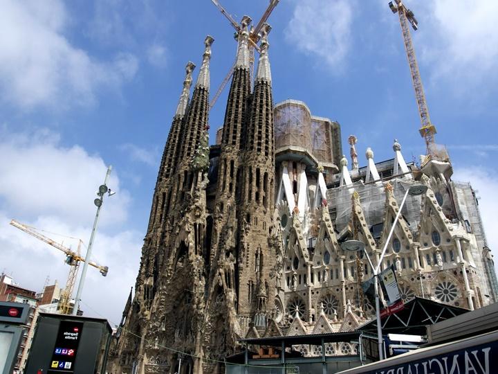 barcelonada gezilecek önemli yapılar - Barcelona Sagrada Familia Kilisesinin dış mimarisi
