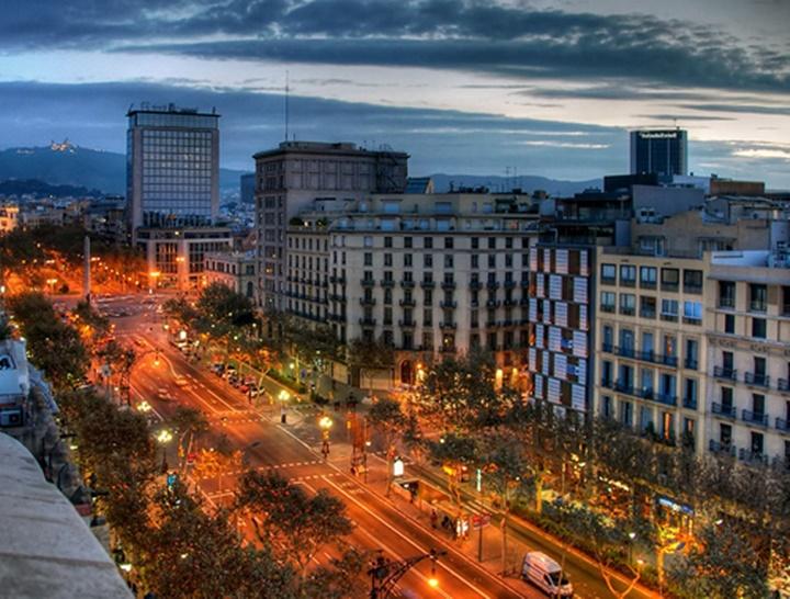 barcelonada gezilecek güzel caddeler - Barcelona Passeig De Gracia Caddesi