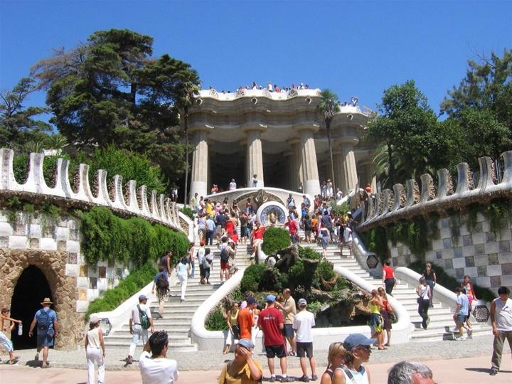 barcelonada gezilecek yerler - Barcelona Park Güellin girişindeki merdivenler