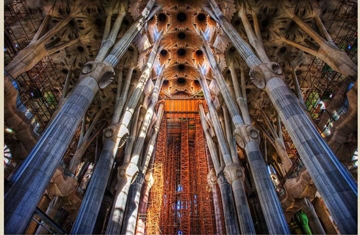 barcelonada gezilecek yerler - Barcelona Sagrada Familia Kilisesinin iç dizaynı
