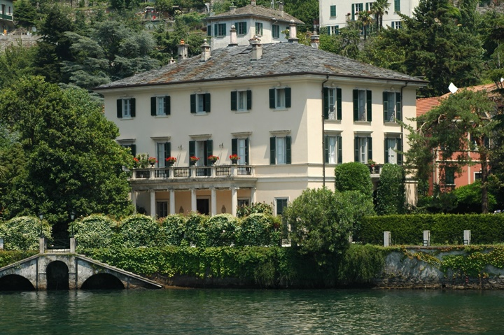 como gölünde yer alan George Coloney nin villası