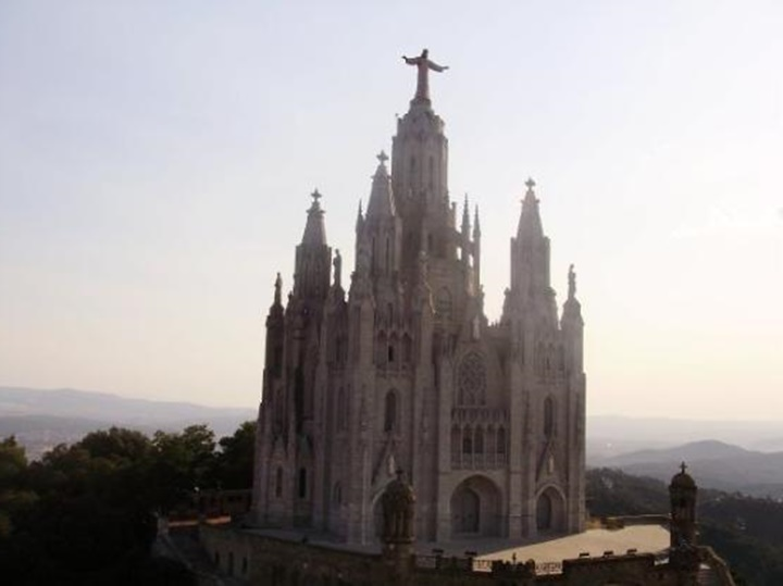 Barcelona Tibidabo Dağının etrafında yer alan yapılar