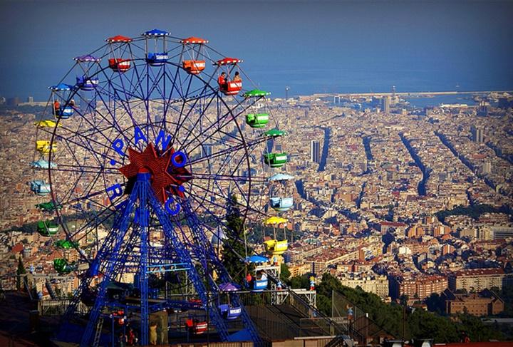 Barcelona Tibidabo Dağının orada yer alan lunapark