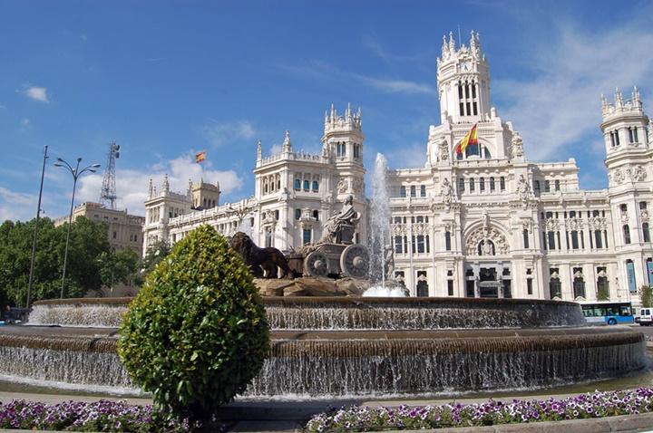 Madrid Plaza de Cibeles Meydanında yer alan kibele sarayı ve kibele çeşmesi