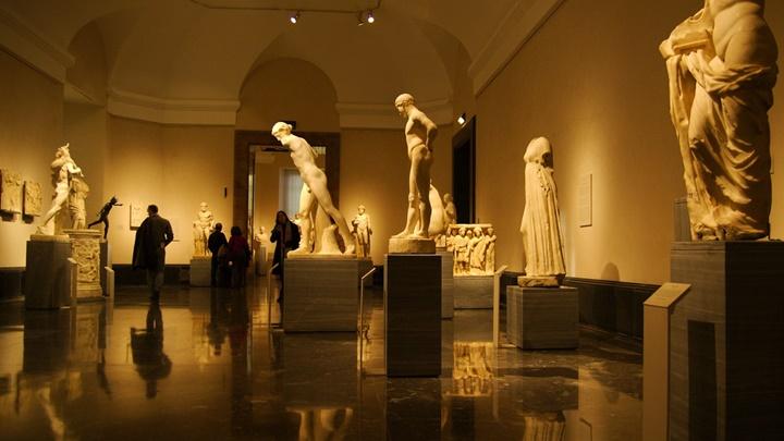 Madrid Prado Müzesinin içinde yer alan heykeller ve resimler