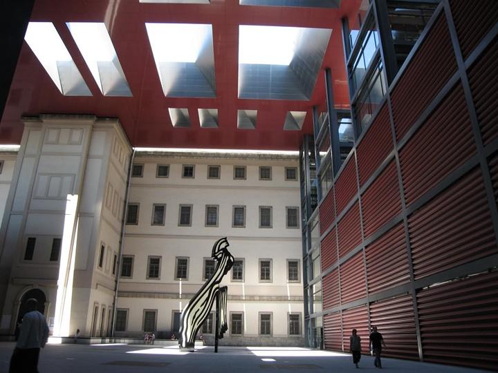 Madrid Reina Sofia Müzesinin içi - madridde yer alan gezilecek müzeler