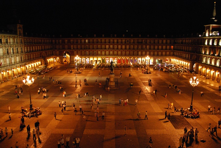 Madridde gezilecek yerler - Madrid Plaza Mayor Meydanının gece görüntüsü