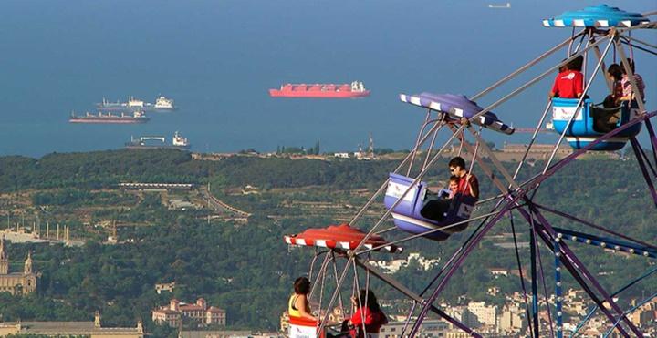 barcelonada gezilecek yerler - Barcelona Tibidabo Dağının yanındaki lunapark dönmedolap
