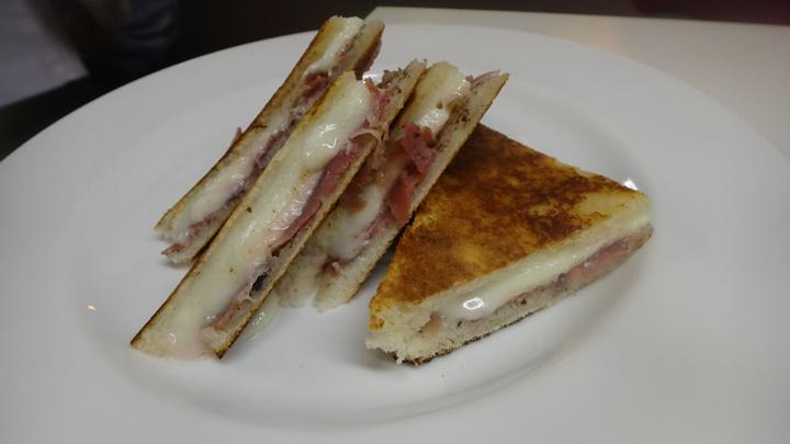 barcelonada yeme içme - barselonanın yöresel lezzetleri - bikini barcelona tostu