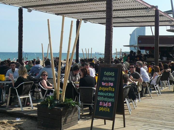 barceloneta plajında yer alan kafe ve restaurantlar