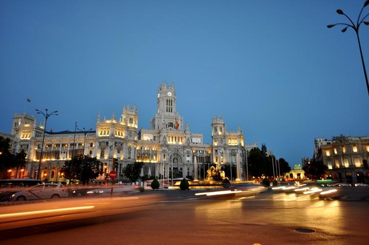 madridde gezilcek yerler - Madrid Plaza de Cibeles Meydanının gece resmi