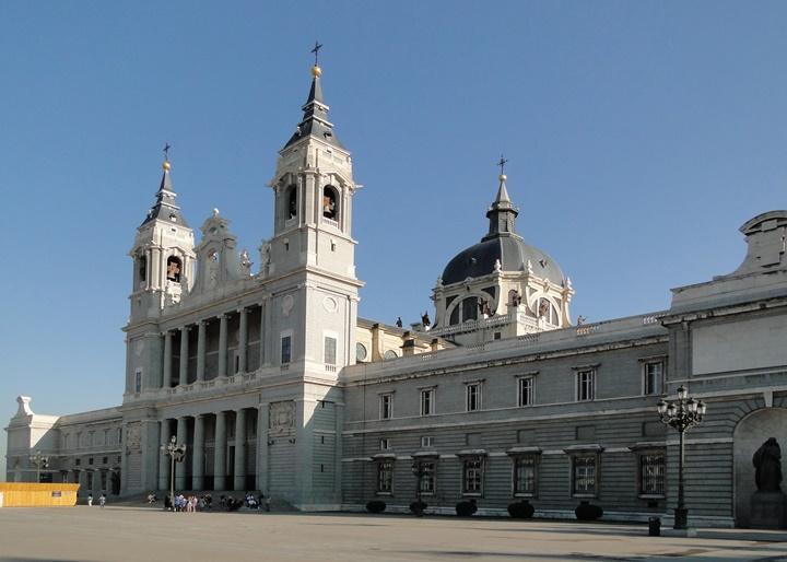 madridde gezilecek yerler - Madrid Almudena Katedrali