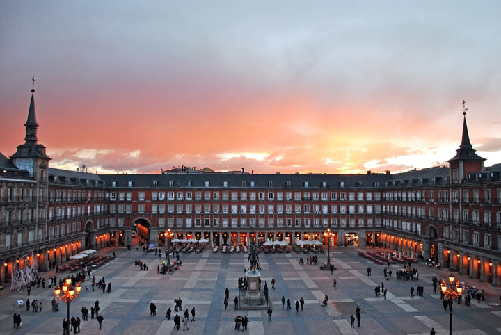 madridde gezilecek yerler - Madrid Plaza Mayor Meydanı