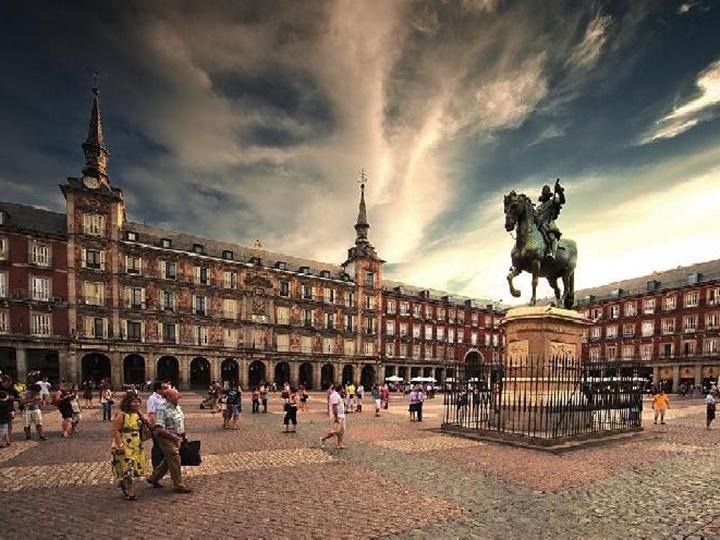madridde gezilecek yerler - Madrid Plaza Mayor Meydanında yer alan balkonlu evler