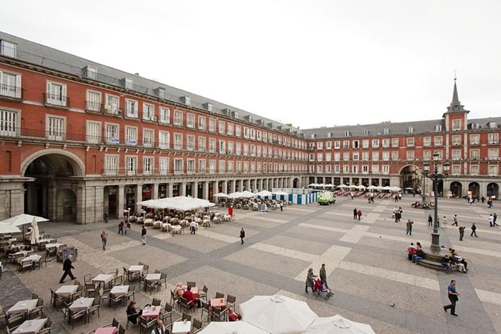 madridde gezilecek yerler - Madrid Plaza Mayor Meydanında yer alan kafe ve restaurantlar