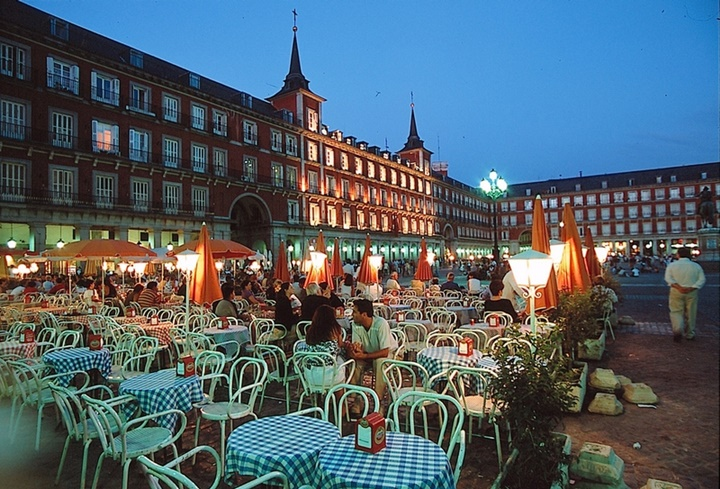 madridde gezilecek yerler - Madrid Plaza Mayor Meydanında yer alan kafeler