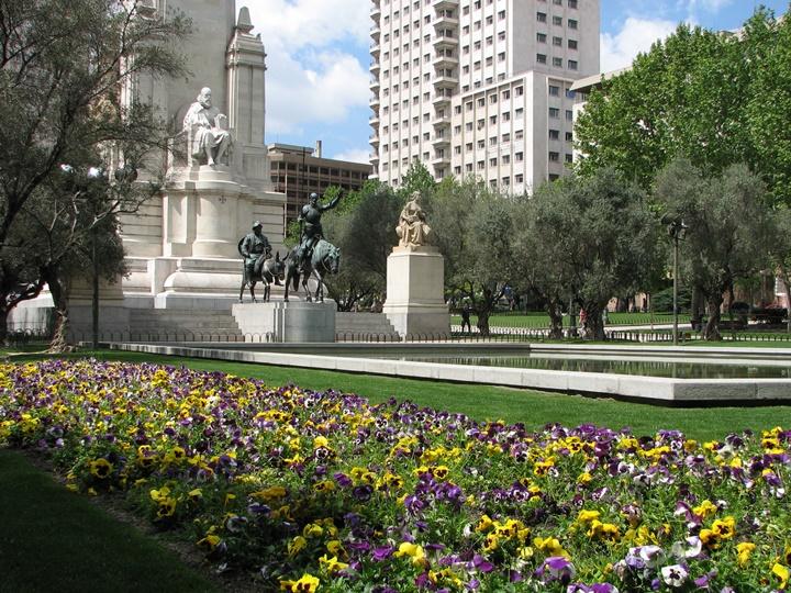 madridde gezilecek yerler - Madrid Plaza de Espana Meydanında yer alan heykeller