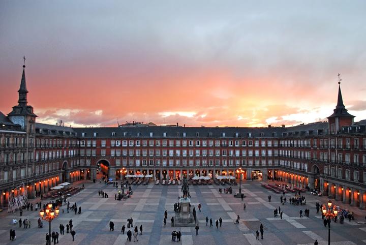 madridin gezilecek yerleri - Madrid Plaza Mayor Meydanı