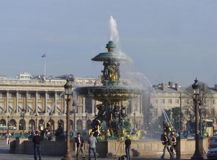 Paris concorde meydanında yer alan çeşmeler