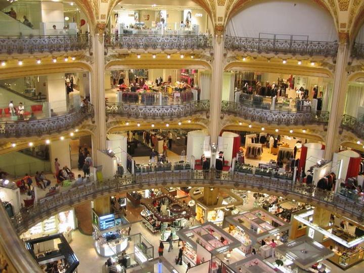 Paris Galeries Lafeyette Alışveriş Merkezinin içi_ Paris Alışveriş Merkezinin içi