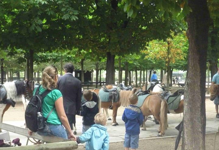 Paris Lüksemburg Bahçesinde çocuk alanları