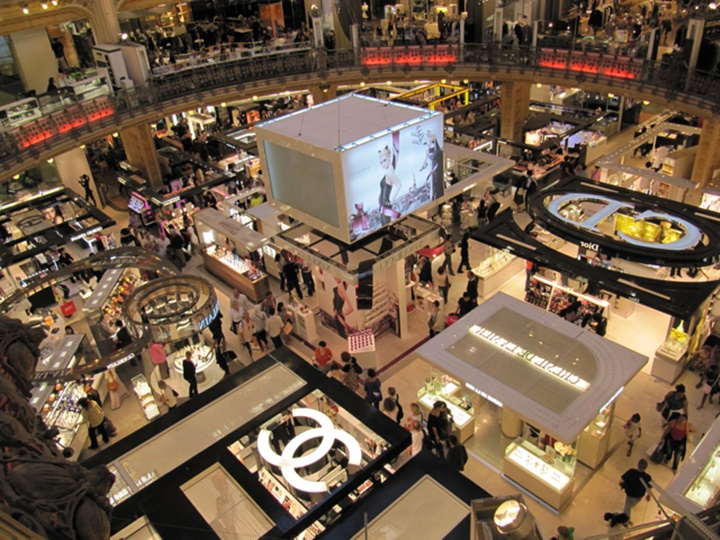 Paris galeries lafeyette alışveriş merkezinin içinde yer alan mağazalar