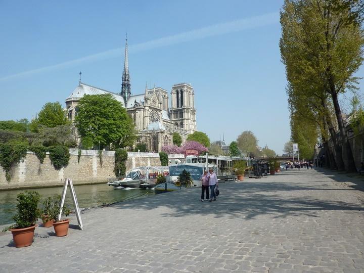 Paris sen nehri kıyısında yürüyüş