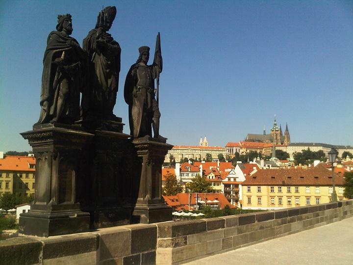 Prag Karl köprüsünün üzerindeki heykeller
