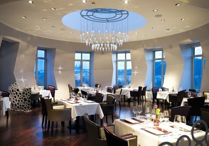 Prag dans eden evin içi ve ziyarete açık yerleri - Prag dans eden ev Celeste restaurant