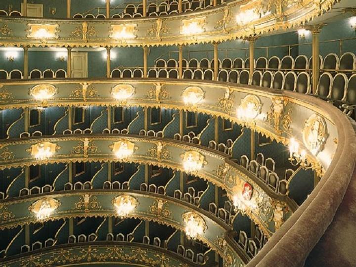 Prag devlet tiyatrosunda yapılan gösteriler
