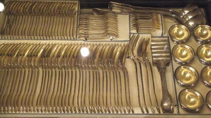 Viyana Hofburg sarayında sergilenen gümüş koleksiyonundan örnekler