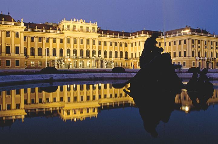 Viyana schönbrunn imparatorluk sarayının gece fotografı