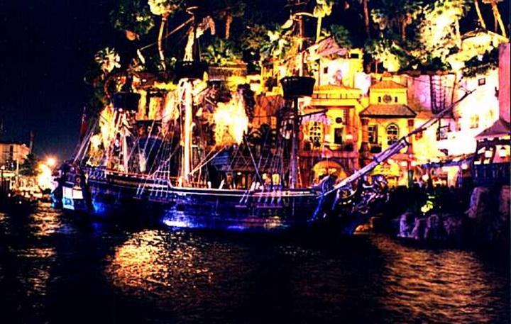 Treasure's island otelinin önündeki show - Sirens of ti show