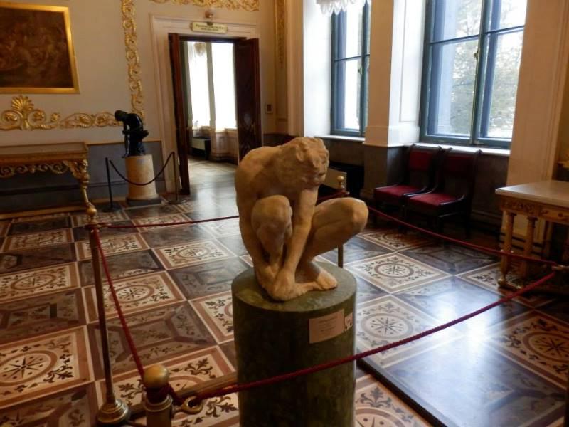 Michelangelo çömelen adam heykeli