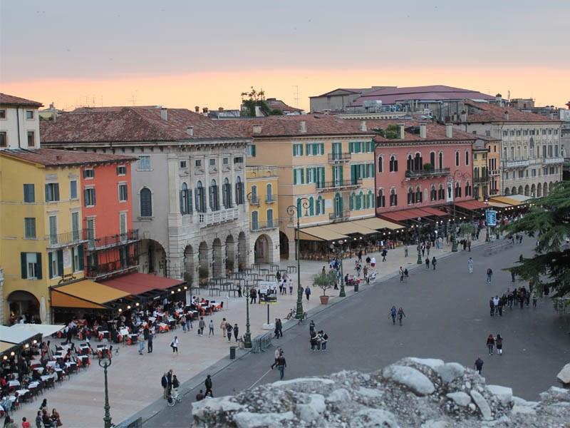 veronada gezilecek yerler - Piazza bra ( Ana meydan )