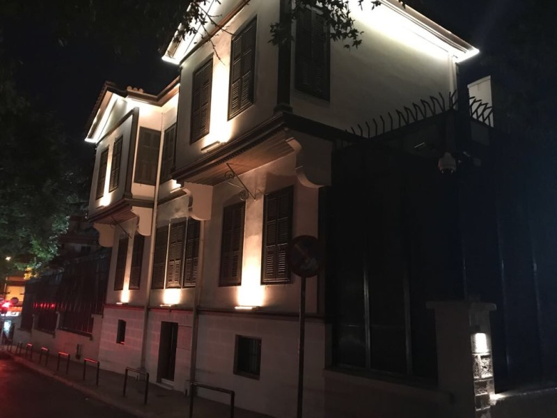 Atatürk evi müzesinin gece görünümü